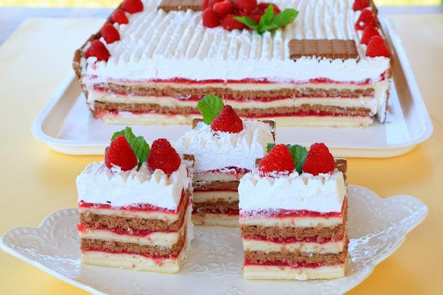 Torta-s-malinama-sa-rozen-korama-i-keksom