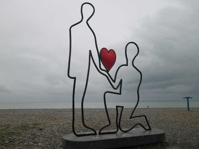 La playa de la ciudad georgiana de Batumi está salpicada de estatuas amorosas