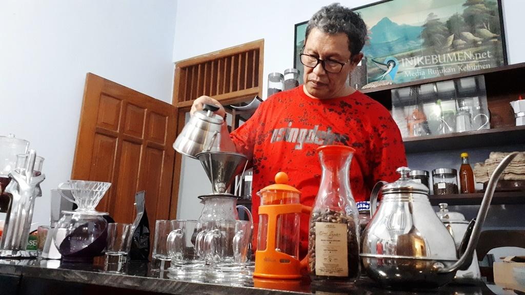 Pensiun dari PNS, Pak Sabar Buka Kedai Kopi di Pejagoan