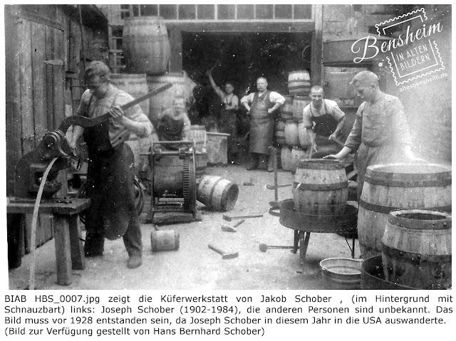 BIAB HBS_0007.jpg zeigt die Küferwerkstatt von Jakob Schober , (im Hintergrund mit Schnauzbart) links: Joseph Schober (1902-1984), die anderen Personen sind unbekannt. Das Bild muss vor 1928 entstanden sein, da Joseph Schober in diesem Jahr in die USA auswanderte. Bilder zur Verfügung gestellt durch Hans Bernhard Schober