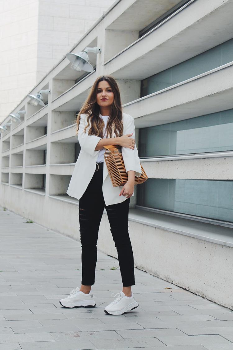 Look con blazer blanca bolso de madera