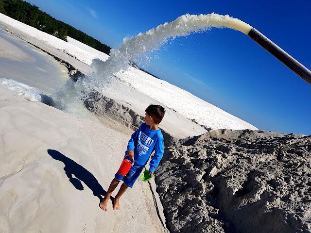 podróże z dzieckiem- atrakcje dla dzieci na Dolnym Śląsku - jezioro kaolinowe - Surmin Kaolin - Nowogrodziec - Bolesławiec - wyrobisko - kopalnia kaolinu - kopalnia surowców mineralnych