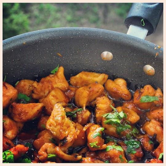 Smażone piersi kurczaka z czosnkiem, imbirem i kolendrą