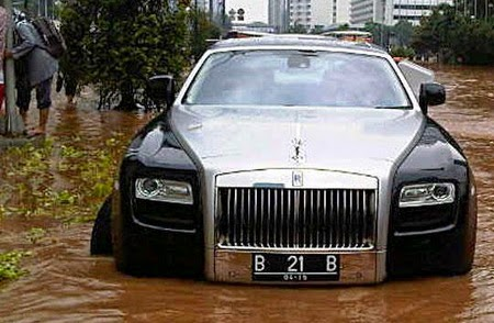 Rolls-Royce Rp 13 M Terendam Banjir Jakarta