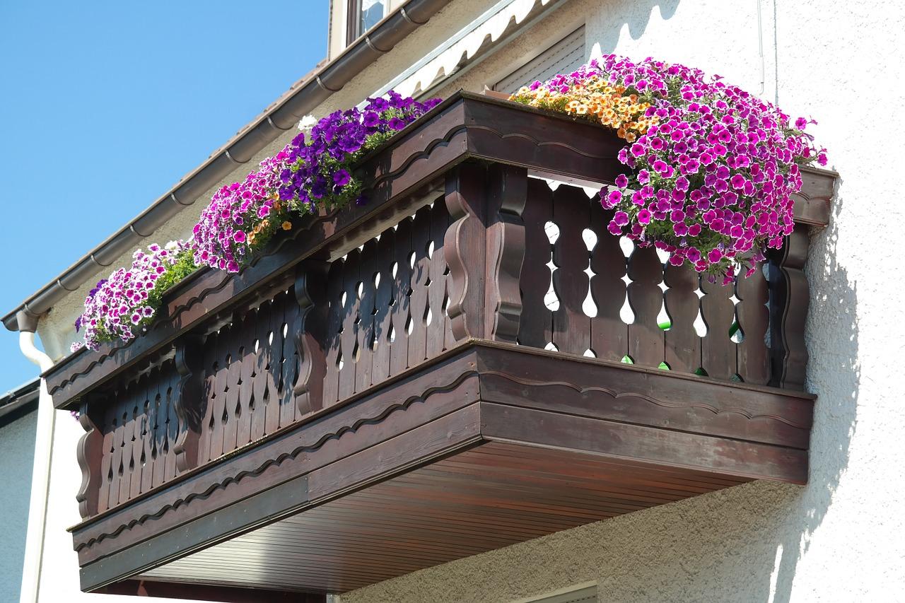 balkongel nder aus holz rustikale und moderne ideen f r das landhaus. Black Bedroom Furniture Sets. Home Design Ideas