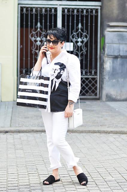 biała koszula z nadrukiem