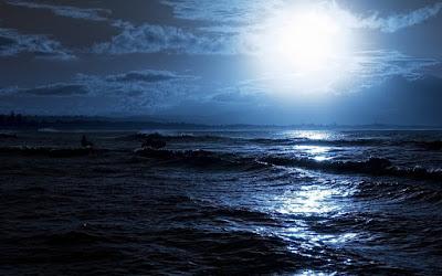 Η λάμψη του φεγγαριού που αντανακλάται στα κύματα της θάλασσας. Ακολουθεί το κείμενο: Είμαι ένα άστρο στον άπειρο ουρανό, που τον κόσμο παρατηρεί, τον κόσμο περιφρονεί, και στην πυρά του φλέγεται.     Είμαι η θάλασσα που τη νύχτα θεριεύει, η πένθιμη θάλασσα, η φορτωμένη θύματα που νέες αμαρτίες πάνω στις παλιές σωρεύει.     Είμαι από τον κόσμο σας εξορισμένος από περηφάνια αναθρεμμένος, από περηφάνια εξαπατημένος, είμαι ο βασιλιάς δίχως χώρα.     Είμαι το βουβό παράφορο πάθος, σε σπίτι δίχως εστία, σε πόλεμο δίχως σπαθί, και άρρωστος από την ίδια μου την ισχύ.