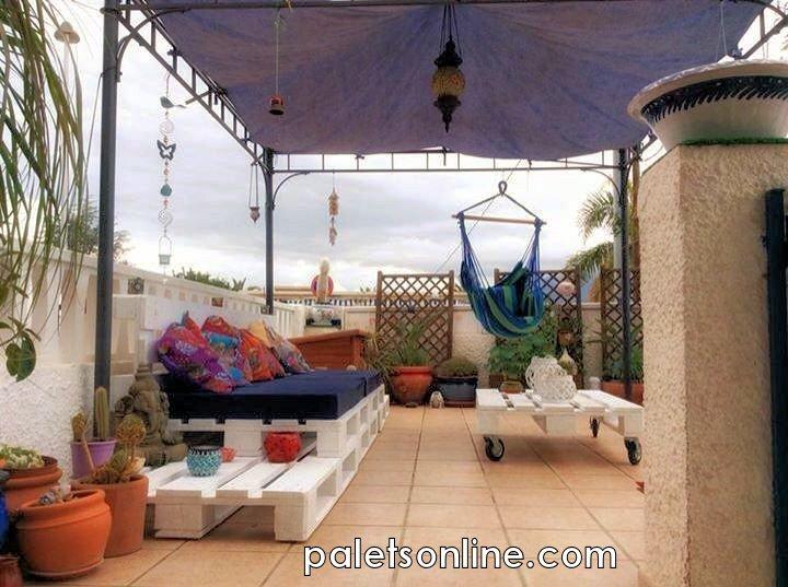 terraza de europalets color blanco y colchonetas paletsonlinecom - Terraza Con Palets
