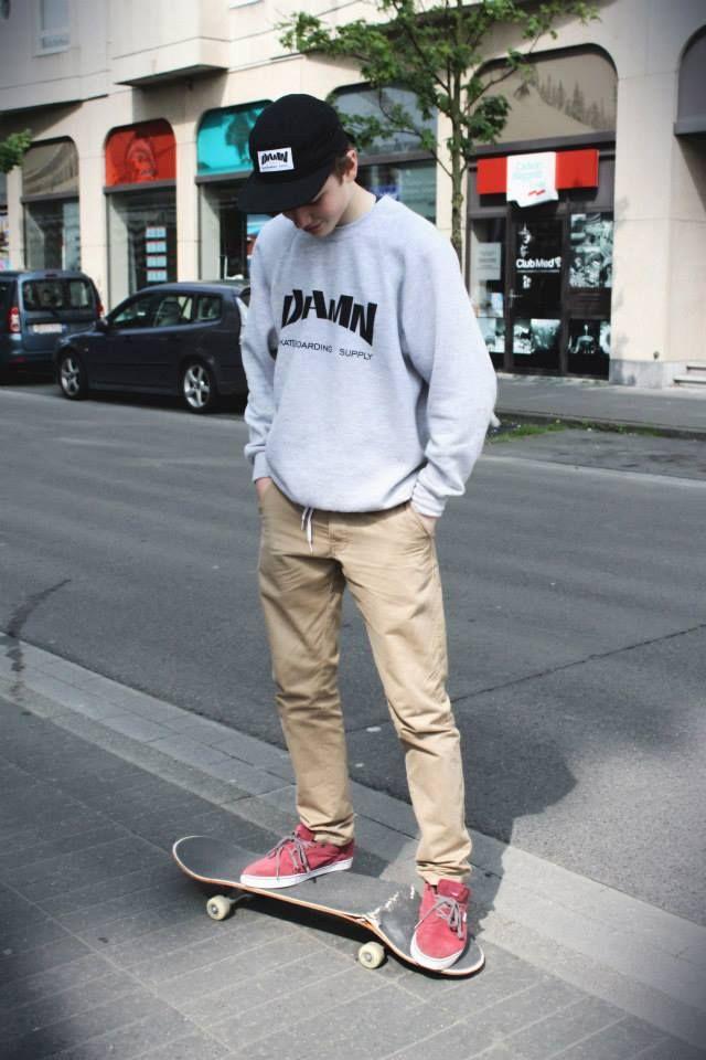 d605c3e9bee0 Gli indumenti per uno stile skater prevedono  pantaloni attillati e portati  a vita alta
