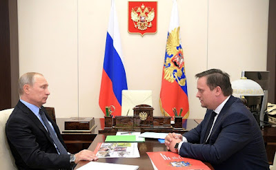 Vladimir Putin with Acting Governor of Novgorod Region Andrei Nikitin.