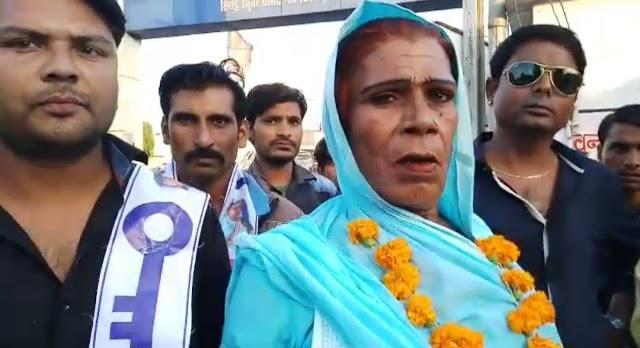 किन्नर सब्बो बुआ डटी है चुनाव मैदान में.. कहा, नही दिया कांग्रेस को समर्थन, राहुल को आशीर्वाद देने गई थी..