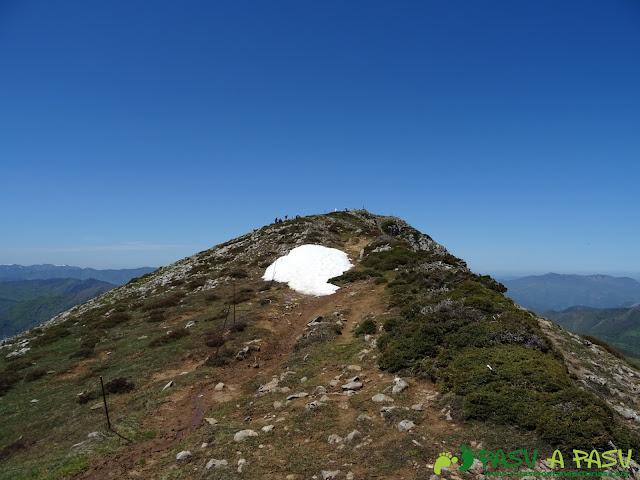 Llegando a la cima de Peña Michu