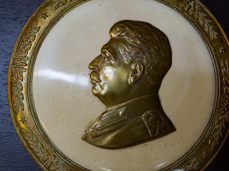 Медальон с изображением Сталина