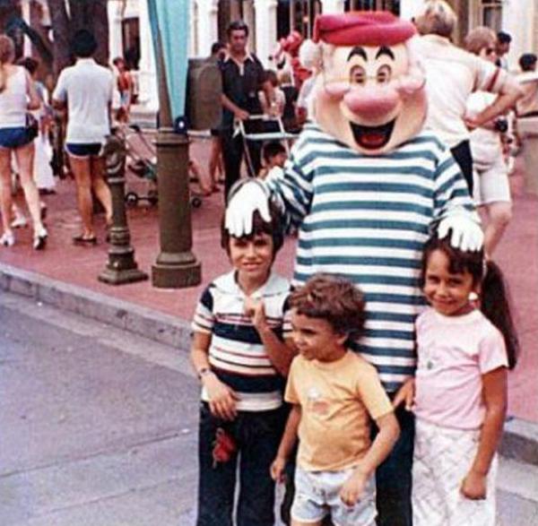 Pareja que se tomó una foto 20 años atrás en Disney World