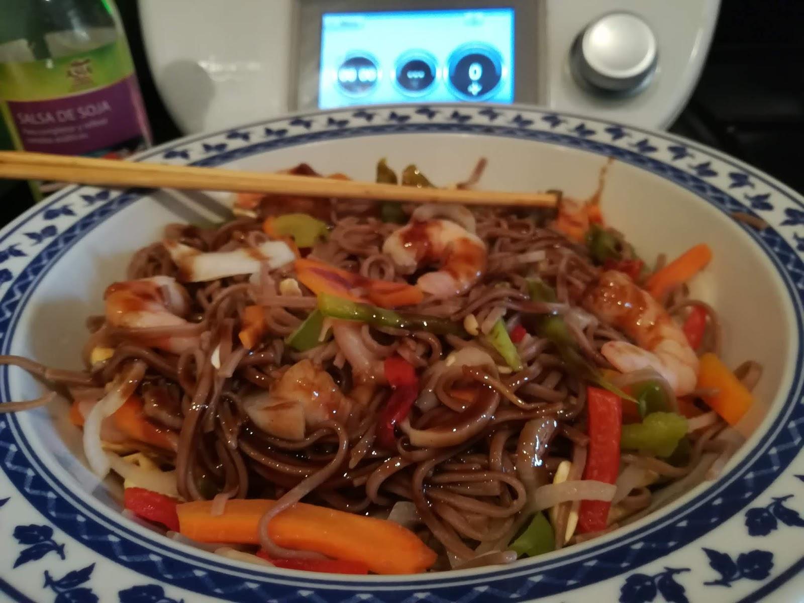 Noodles orientales con verduras y gambas con salsa Yaki Soba