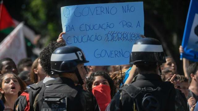 Estudiantes brasileños se manifiestan contra ajustes de Bolsonaro