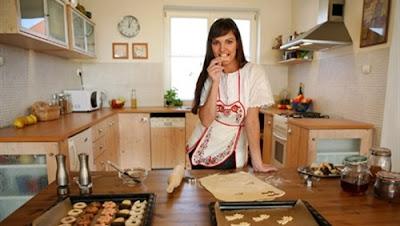 أضرار تناول الكعك والسمك المملح في العيد,امرأة مطبخ تطبخ,woman girl cooking kitchen