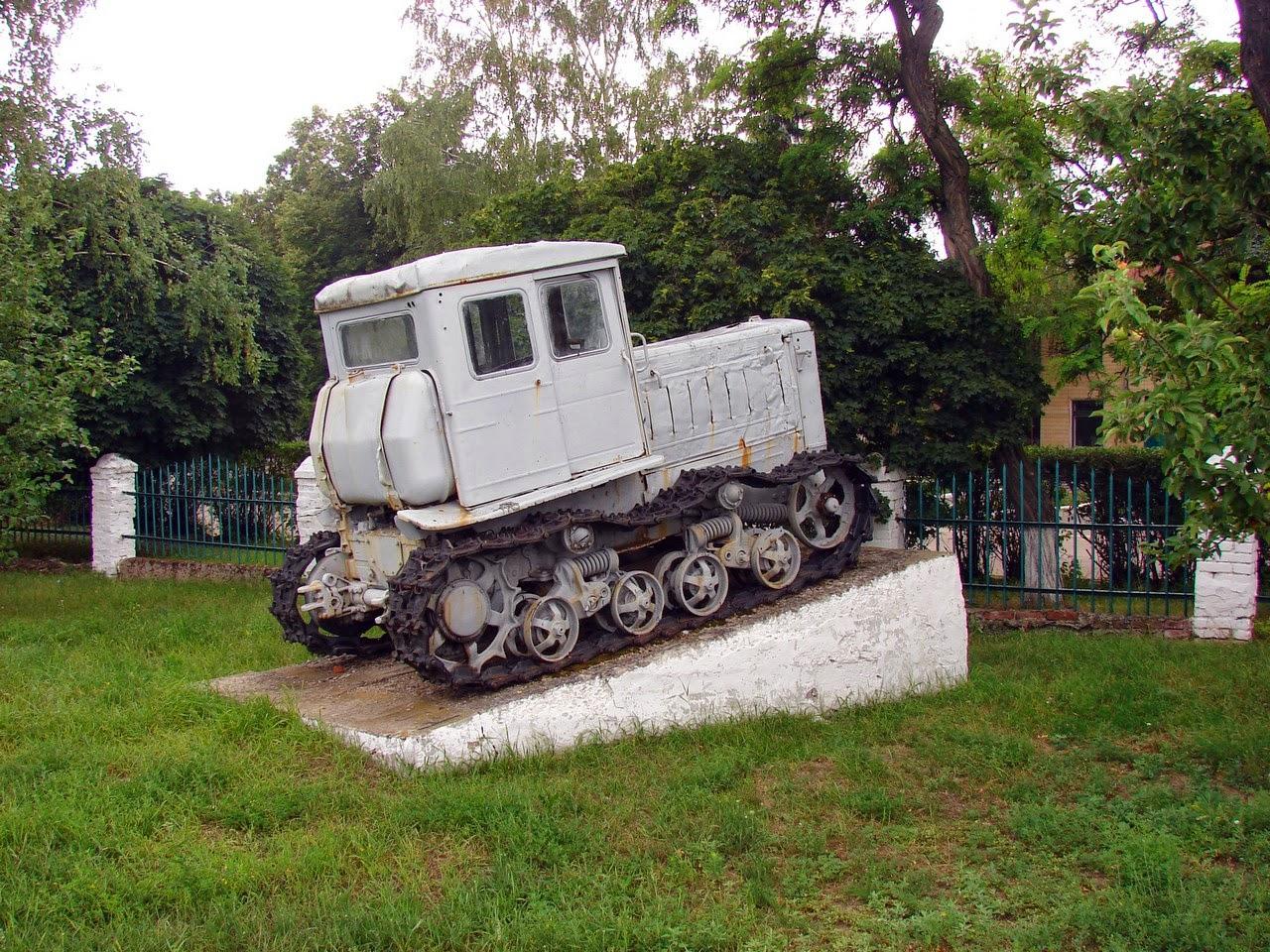 Некое подобие памятнику трактору