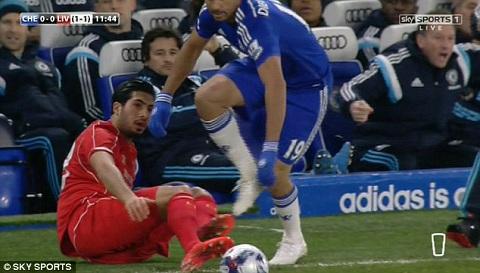 Phút 12 trong trận bán kết lượt về Cúp Liên đoàn giữa Chelsea và Liverpool, tiền đạo Diego Costa có pha bóng rất đáng lên án.