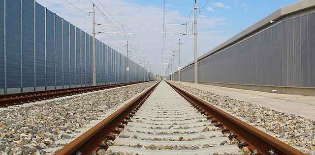 रेलवे की पटरियों के आसपास पक्की दीवारें बनाने की योजना