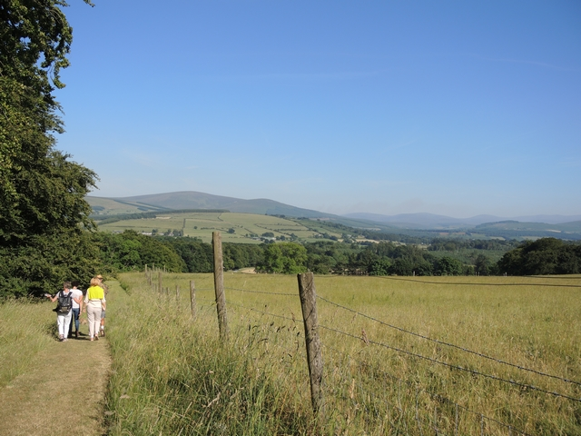 Rundgang durch Hunting Brook Gardens mit Blick auf Wicklow Mountains