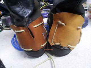 Bottines: détails du cuir au talon et de sa couture