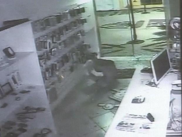 Ladrão 'atrapalhado' bate em porta de vidro durante fuga