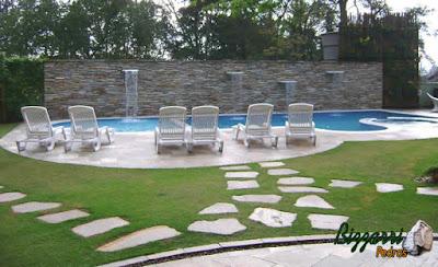 Construção da piscina em alvenaria de concreto com o revestimento de pastilha na cor azul com o piso da piscina com pedra Goiás com a parede de pedra filete de Goiás onde executamos a cascata da piscina.