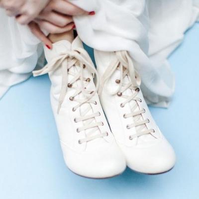 bota branca com cadarço de noiva