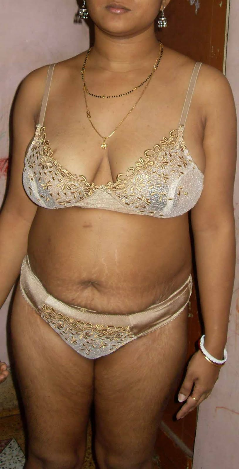 Desi Busty Aunty Posing In Different Bra Panty Showing -7650