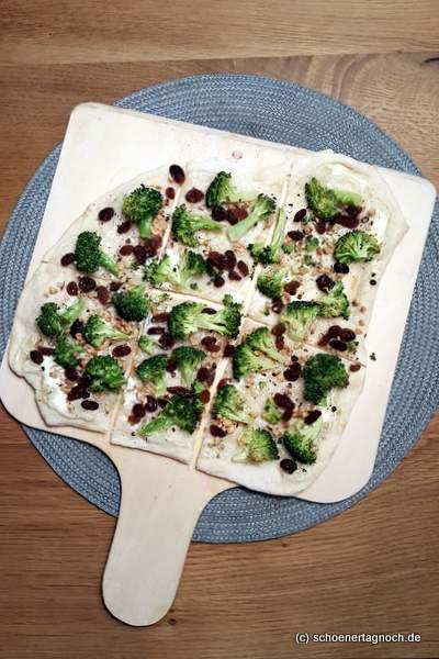 Brokkoli-Flammkuchen mit Rosinen und gehackten Mandeln
