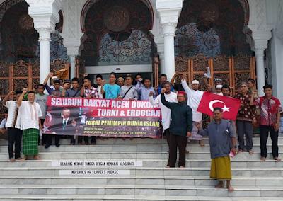 Pemuda Aceh melakukan aksi simpatik Terhadap Erdogan di Depan Mesjid Baiturrahman