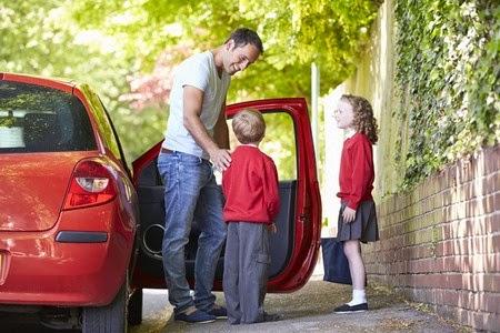 Niños seguros en el coche en la vuelta al cole