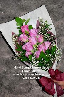 hand bouquet mawar ungu