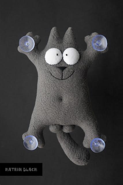 Серый кот Саймон с яйцами - игрушка на присосках.
