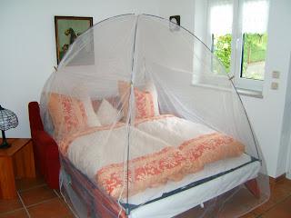 ein freistehendes moskitonetz f rs bett das richtige moskitonetz richtiges netz am richtigen. Black Bedroom Furniture Sets. Home Design Ideas