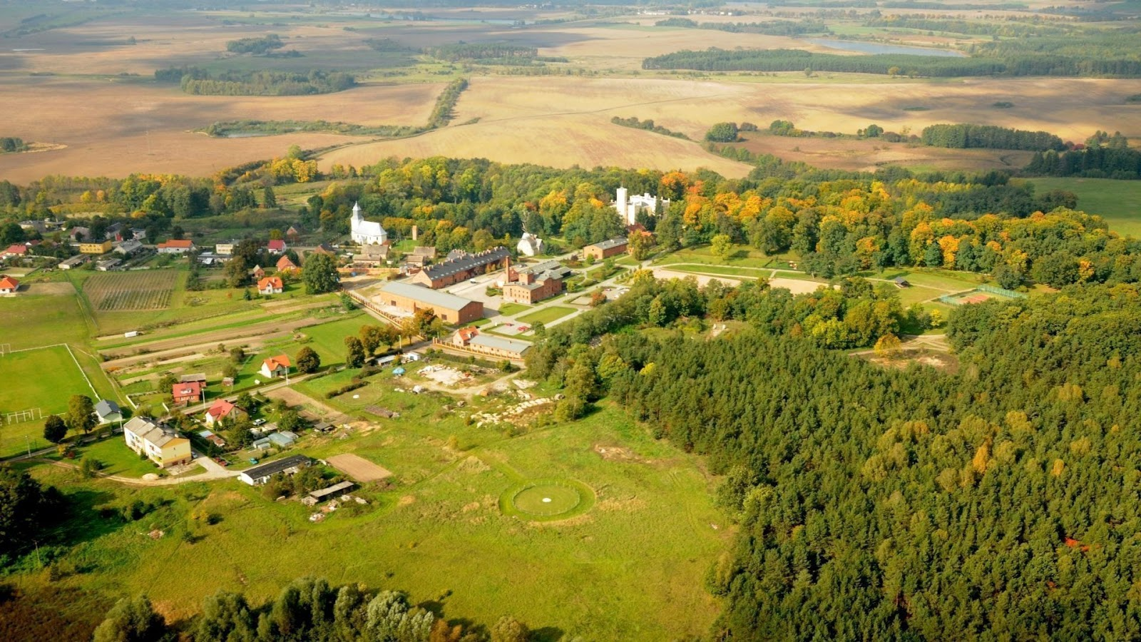 Widok z lotu ptaka na piękne okolice Pałacu Mierzęcin