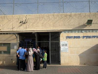 רוב הקטינים נענשו בשלילת ביקור משפחות. ביקור אסירים בכלא הדרים (צילום: ניב אהרונסון)