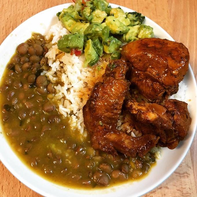 Comida del mediodía: Arroz, pollo guisado, guandules y ensalada de aguacate
