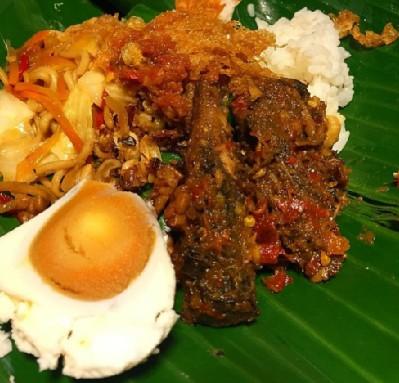 Nasi Jinggo Pindang dengan tambahan Telur (Sumber: Instagram Angkringan GCR)