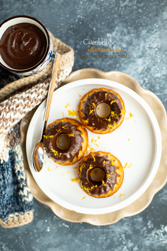 Ciambelline all'arancia con glassa al cioccolato