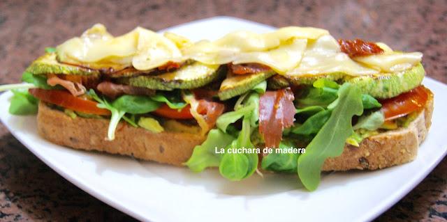 Tosta De Vegetales Con Aguacate Y Jamón