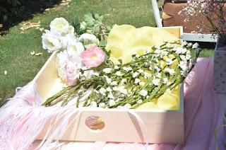 στεφανάκια δώρο βάπτισης στο τραπέζι ευχών με λουλούδια