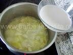 Supa de usturoi preparare reteta - adaugam laptele