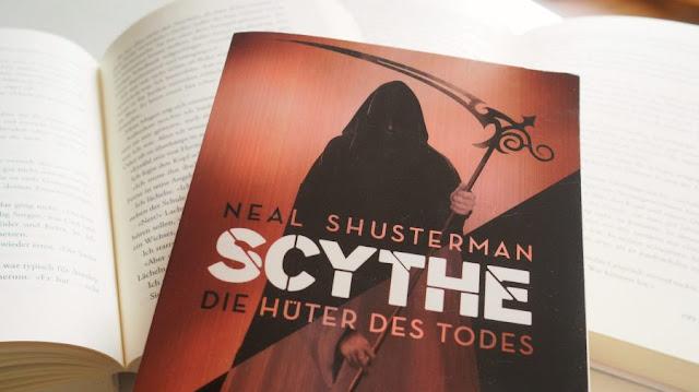 """Bild des Covers zu Neals Shustermans Buch """"Scythe: Die Hüter des Todes"""". Es zeigt einen Sensenmann mit schwarzem Mantel und Sense in der Hand"""