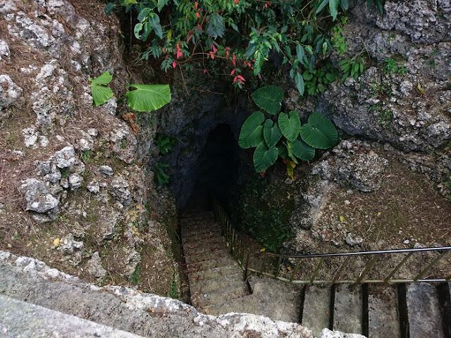 山形の塔の観音堂と壕の写真