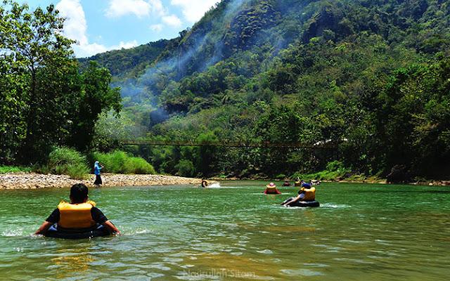 Aktifitas wisatawan sedang River Tubing di Sungai Oya, Bantul