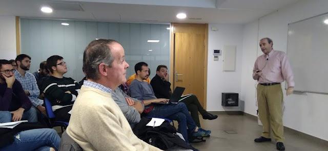 Antonio Marín y asistentes a Jueves de Datahack en Sevilla