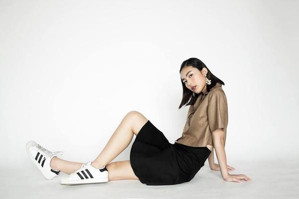 Xem mỹ nữ việt chọn giày Sneaker đế cao bắt cặp hoàn hảo cùng váy h15è