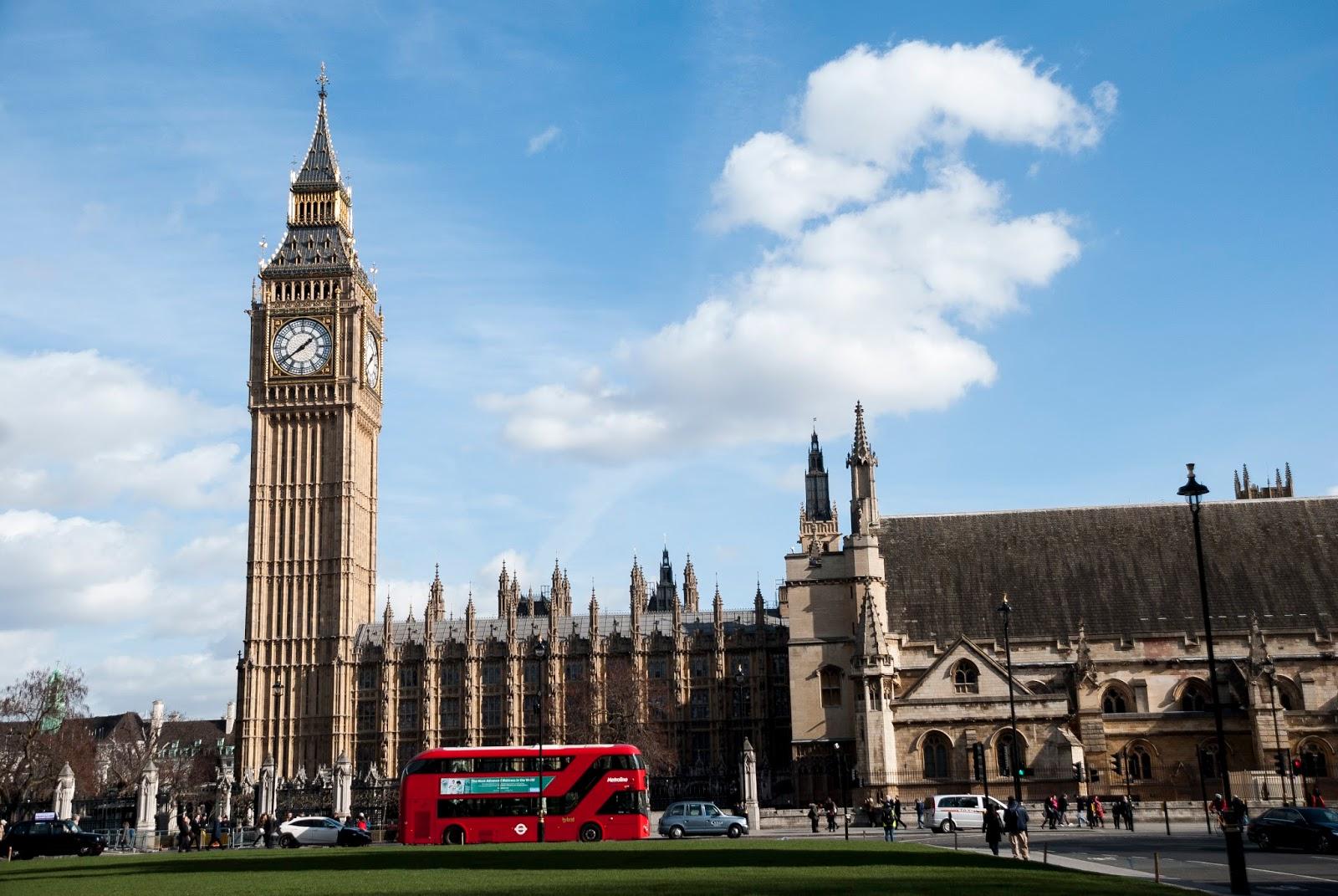 Zijaanzicht van Elizabeth Tower (Big Ben) en een deel van de Houses of Parliament in Londen